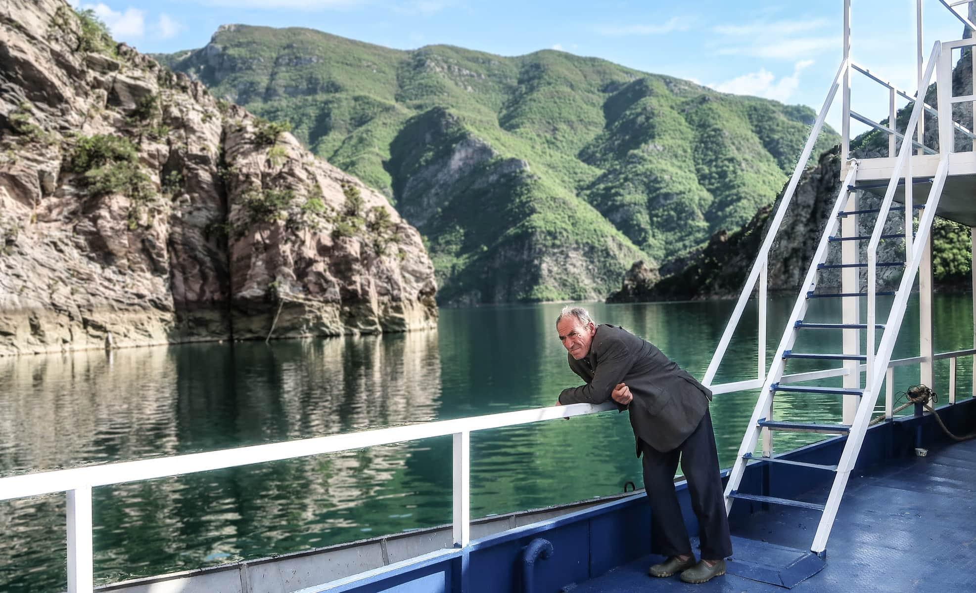 prom na jeziorze Koman Albania